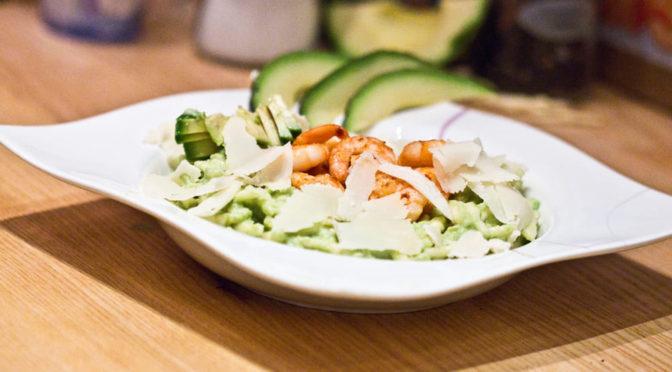 Trofies mit Avocadocreme und Garnelen