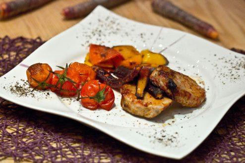 Schweinskarree mit Tomatenmarinade und Ofengemüse