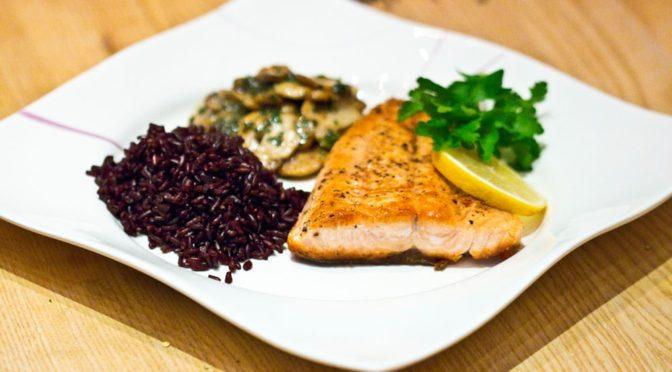 Lachs mit Champignonsauce und schwarzem Reis