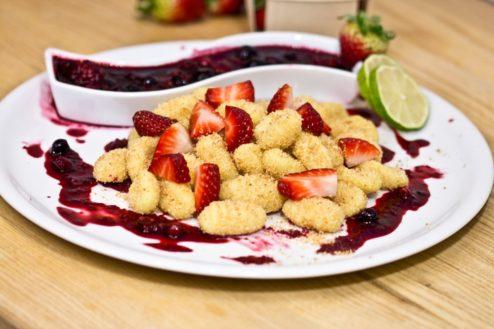 Süße Gnocchi mit Beerenragout