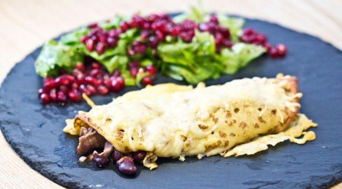 Pikante Palatschinken mit Granatapfelsalat