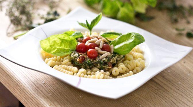 Fusili mit Kräuter/Tomatenpesto und Pinienkernen
